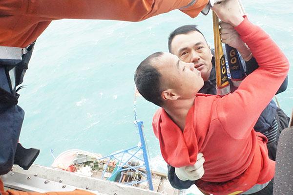 救助直升机将11名遇险渔民全部救回(东海救助局供图).jpg