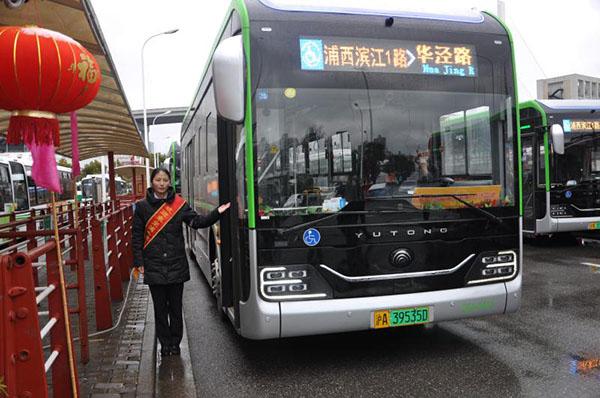 浦西滨江1路2月8日迎来周岁生日(巴士四公司一车队供图).jpg