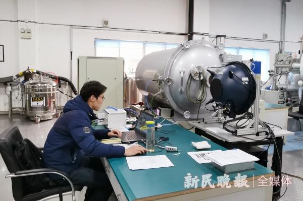 图说:项目组成员李飞飞正在进行整机热真空实验 郜阳摄.jpg