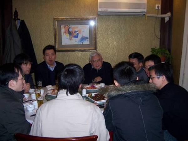 2007年阮雪榆院士与留校同学共进午餐欢度新春.jpg