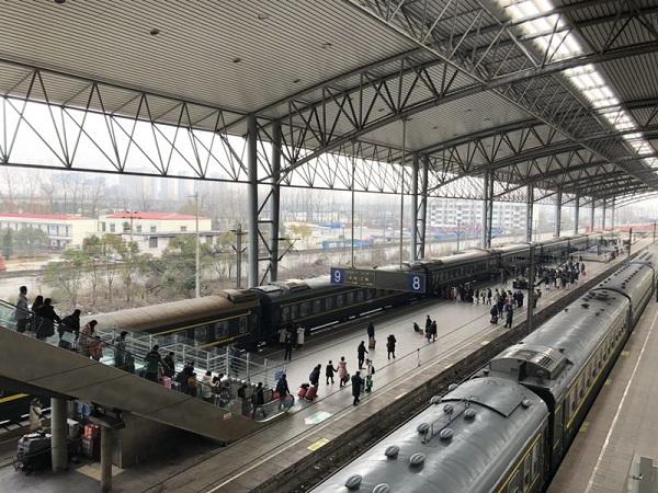 春节过后,阜阳站迎来返程客流高峰。图为旅客有序进站上车。 李忱 摄.jpg