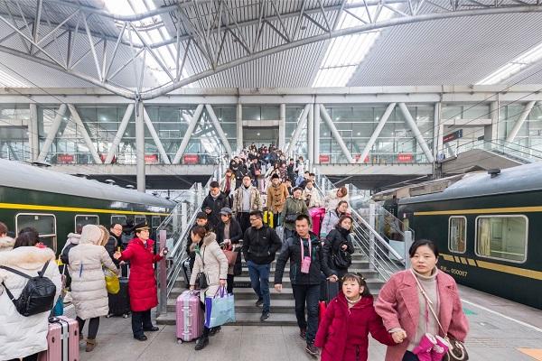春节过后,阜阳站迎来返程客流高峰。图为旅客在客运人员引导下有序上车 李忱 摄.jpg