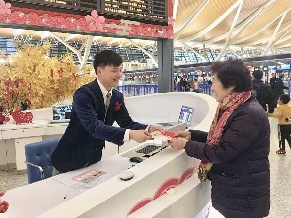 浦东机场2号航站楼出发问讯柜台工作人员向旅客赠送福字.jpg