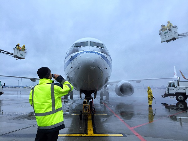 虹桥机场航空器除冰雪作业摄影莫磊.jpg