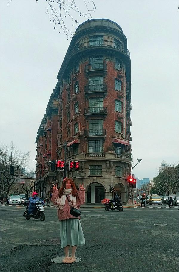 市民站在马路当中,摆着各种造型同武康大楼合影,全然不顾安全_meitu_1.jpg