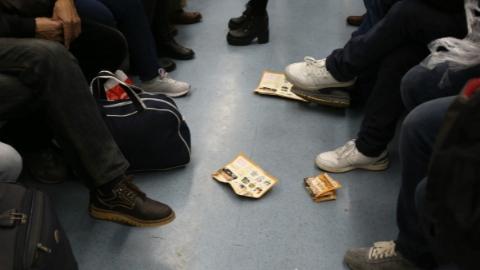 组织6名未成年在地铁发小广告还殴打安保人员 女子获刑8个月