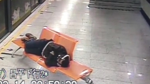 醉了!一男子深夜地铁站内呼呼大睡 任谁来唤就是不醒