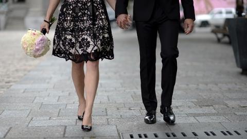 """小了十多岁的""""男友""""让她一步步钻进了""""爱情陷阱""""……"""