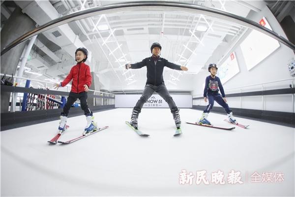 孩子们在家长带领下体验滑雪-李铭珅.jpg