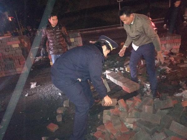 一运输车突然侧翻大量砖块洒落 城管队员徒手紧急处置