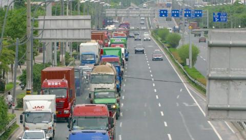 宝山交警实施客货分道措施,交通事故下降30%