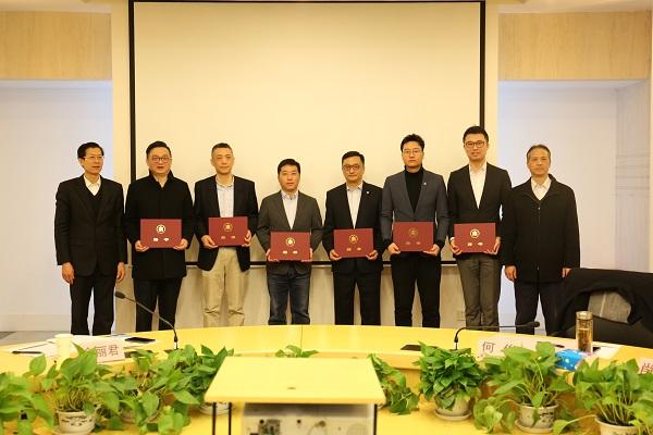 就业创业中心和经管书院为受聘企业导师颁发聘书.JPG