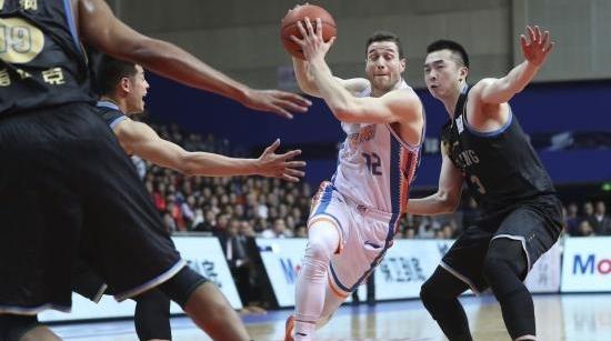 上海男篮止步季后赛首轮:跌宕起伏这一年