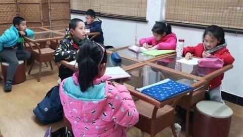 老师们陪到晚6点!上海705所小学学生昨起可以放学不离校啦