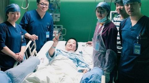 七院多学科团队争分夺秒抢救 22岁少女从九死一生到自主进食