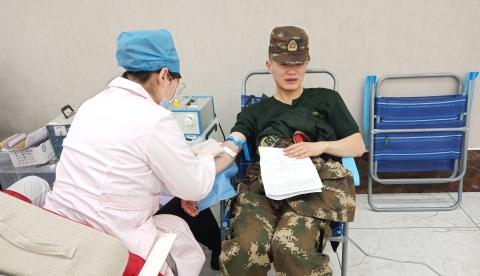 武警排队献血情暖早春