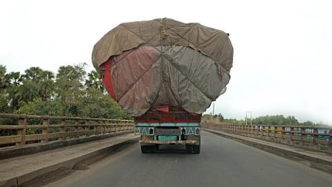 货车满载硬纸板超高行驶 经市民举报当事司机接受处罚