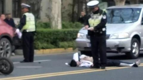 别克商务车撞上电瓶车 骑车人连人带车被撞飞数米远