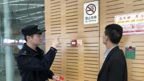 多大烟瘾?小伙在火车站禁烟标志下抽烟,结果……