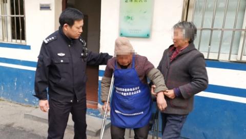 耄耋老人拄着拐杖走出7公里外 巡逻民警将他送回家
