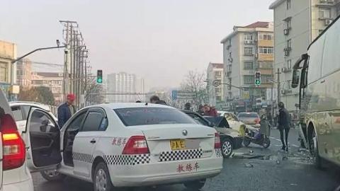 今晨龙川北路罗城路3车相撞,网友:吃了4次红灯才过路口