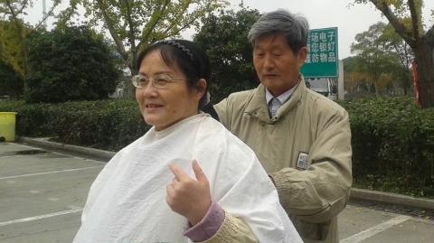 """53年,他义务理发近4万人次,带出一批批""""草根""""理发师"""