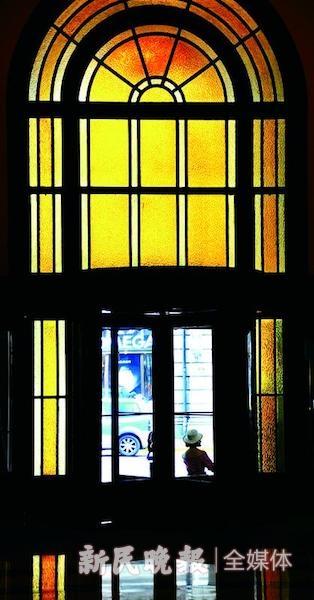 和平饭店的彩色玻璃门窗 杨建正 摄.jpeg