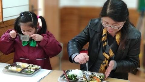 校长陪餐,看午餐卖相更看学生吃相