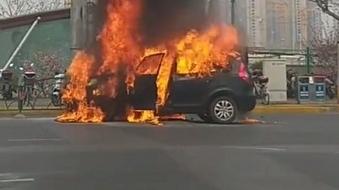 轨交真如站外SUV行驶中燃烧 大火吞噬整辆车