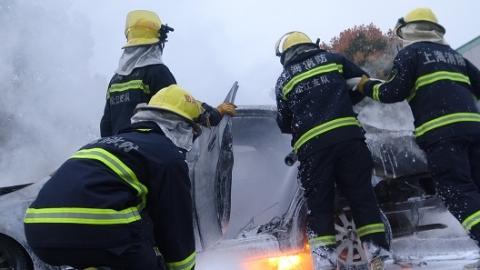 今晨梅家浜路沪松公路一轿车自燃 无人员伤亡