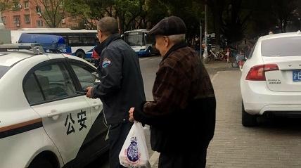 老人乘车回家途中迷路 公安公交爱心接力送回家