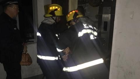虹口区三门路两名老人被困小区电梯 消防队员紧急破拆救人