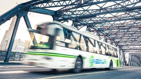 这种经历或许你也有!上班族狂奔50米赶公交车 央求半天司机才开了门……