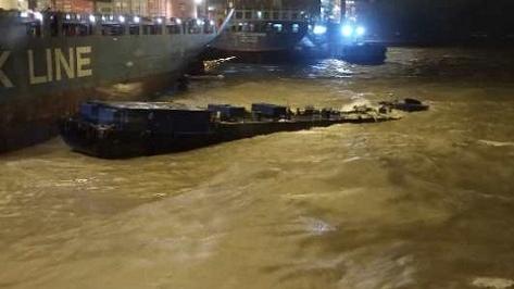风大浪急!凌晨一燃油船船艏扎入水中搁浅,5人被困