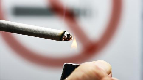 男子在地铁车厢借烟消愁 已被警方行政拘留