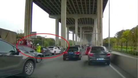又是闵浦大桥!两周前15车相撞的地方 今晨又发生5车追尾