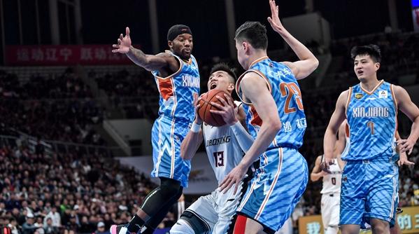 没有韩德君的辽宁男篮,主场两连败于新疆队……卫冕冠军这次悬了