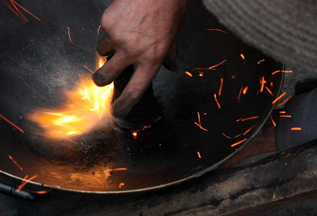 三十年前的一口铁锅,破了,竟然还有人能补