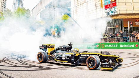 赛车开进新天地 F1路演给市民带来快乐