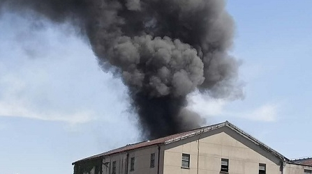 军工路近佳木斯路一废旧仓库着火 现场黑烟滚滚