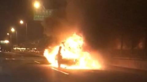 内环高架一吉普车自燃被烧成空壳 无人员伤亡