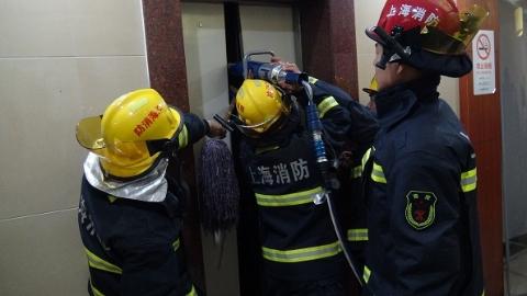 8人被困酒店电梯 情急之中乱撬门可千万要不得!
