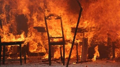 祁连一村突发大火一对夫妻被困 消防紧急救援