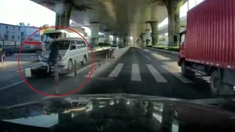 """骑车男子""""抢灯""""横穿军工路 被商务车撞飞"""