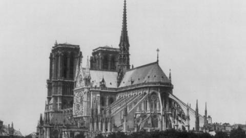 毁在自己人手上的巴黎圣母院,曾从希特勒手里逃过一劫