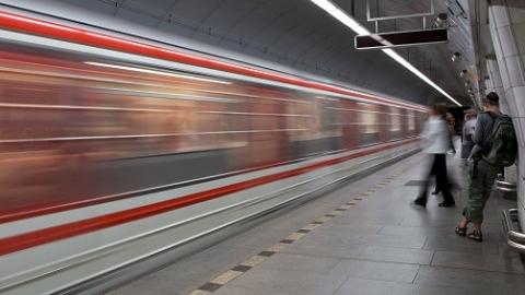 上海地铁发布寻人启事45分钟后 离家出走的男孩重回亲人怀抱