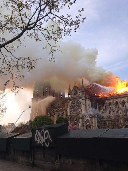 上海游客目睹巴黎圣母院火灾 对此深感痛心