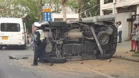 今早栖山路近罗山路:一辆雷克萨斯SUV被撞侧翻右前轮脱落