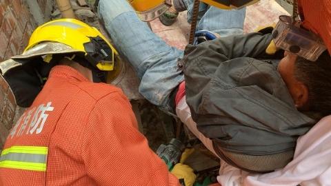 看着都疼!工人高处坠落被钢筋贯穿左臀 金山消防紧急救援