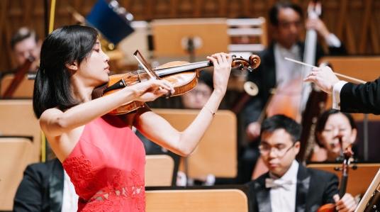 """还记得去年摘下斯特恩小提琴比赛桂冠的""""哈佛女孩""""周颖吗?今晚,她回来了"""